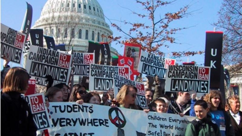 Students demonstrate in Washington, D.C. for the U.S. to join the Mine Ban Treaty (c) ICBL, 2001